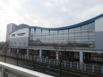 ウッディタウン中央駅は、兵庫県三田市ゆりのき台にある神戸電鉄の駅。