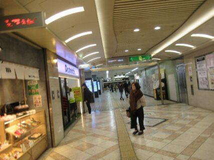 地下街なんばウオーク直結の地下鉄堺筋線日本橋駅ホーム。