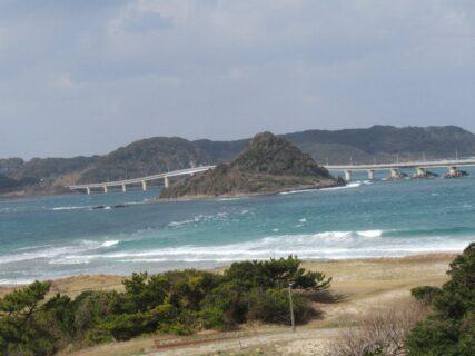 角島大橋は、山口県下関市豊北町の海士ヶ瀬戸に架かる橋。