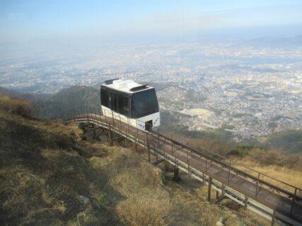 皿倉山スロープカーは、ケーブルカー山上駅から山頂までをを結ぶ。