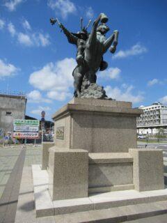 伊集院駅前の島津義弘公騎馬像です。