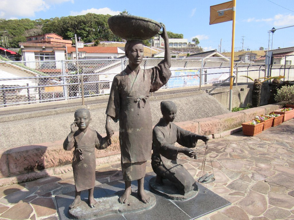 枕崎駅構内にある、かつお節行商の像。