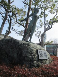 貴生川駅前で躍動する、おねえさま。