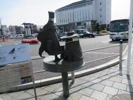 上野市駅前の、メーテル&鉄郎像と芭蕉翁の像です。