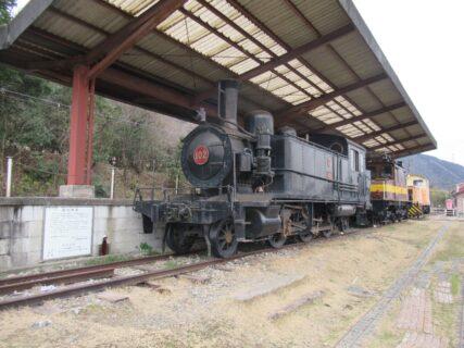 三岐線の終点、西藤原駅の保存車両とミニトレイン。