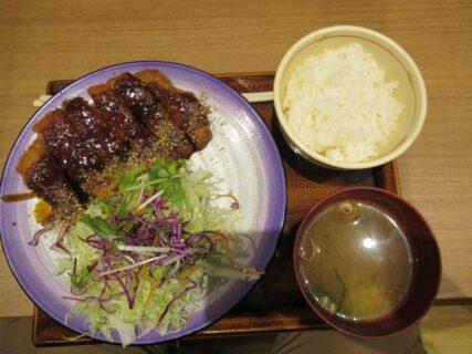 新名神高速道路の鈴鹿SAで、みそカツ定食を食べましたよ。