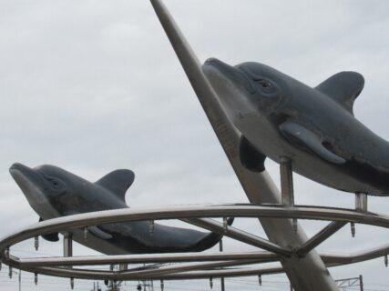 内海駅ロータリーのイルカの顔が怖いっていう件。