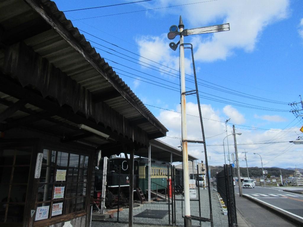 井笠鉄道記念館は、井笠鉄道線の新山駅跡にある鉄道保存展示施設。