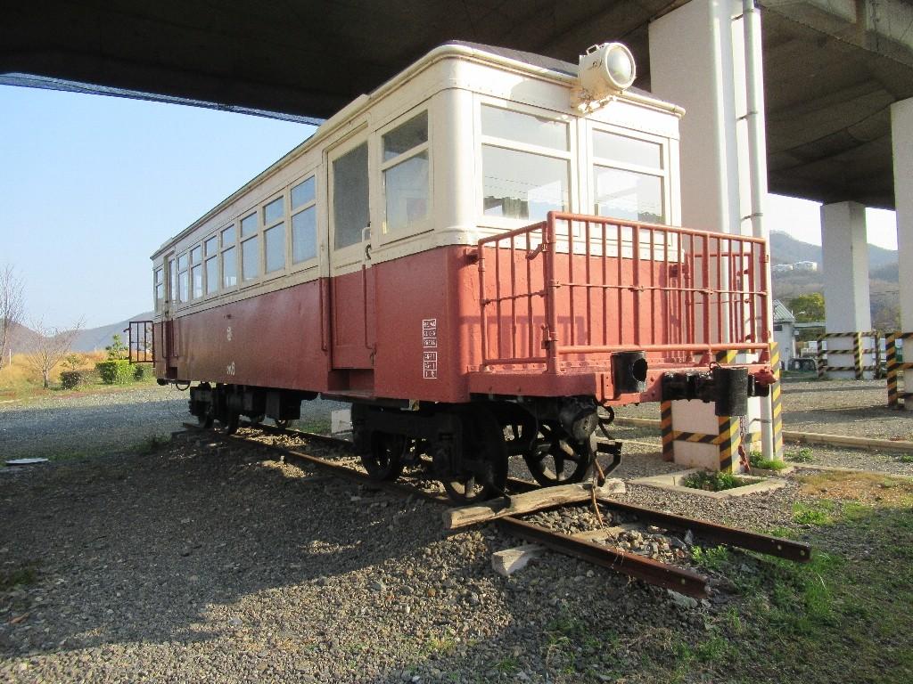 おさふねサービスエリアの新幹線高架下に下津井電鉄の車両がある。