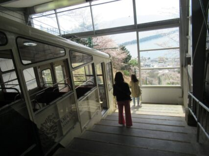 天橋立ケーブルカーは、京都府宮津市の府中駅から傘松駅に至る。