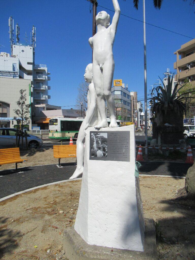武庫之荘駅北口のラウンドアバウトなロータリーにある像。