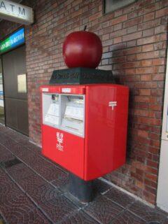 りんごのまち弘前、郵便ポストもりんごですな。