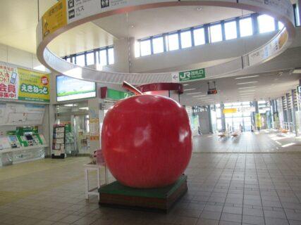弘前駅構内、自由通路上の巨大りんごでございます。