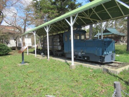 芦野公園に、津軽森林鉄道のディーゼル機関車と運材台車が。