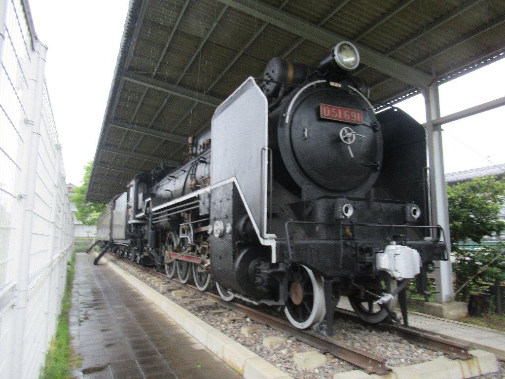 近鉄天理駅の隣、田井庄池公園にD51と客車が保存されてました。