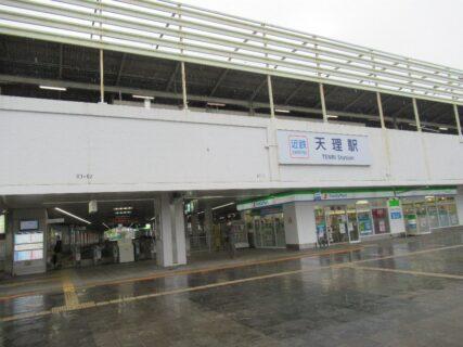 天理駅は、奈良県天理市川原城町にある、JR西日本・近鉄の駅。