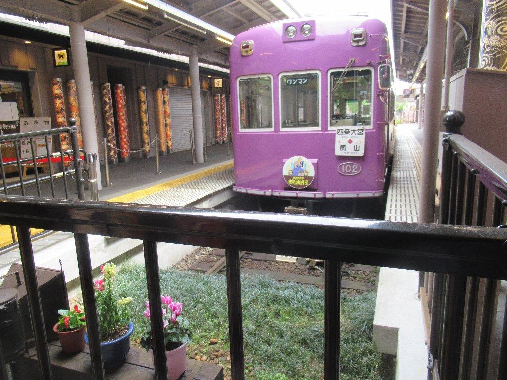 嵐山駅は、京都市右京区嵯峨天龍寺造路町にある京福電気鉄道の駅。