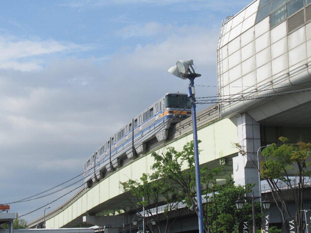 沢良宜駅は、大阪府茨木市高浜町にある大阪モノレール本線の駅。