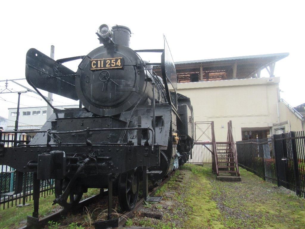 会津田島駅前で保存されているSL、C11形254号機。