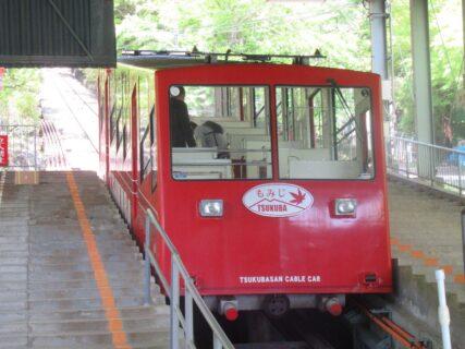 筑波山ケーブルカーは、つくば市の宮脇駅から筑波山頂駅に至る。