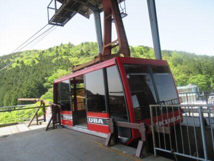 筑波山ロープウェイは、つつじヶ丘駅から女体山駅までを結ぶ。