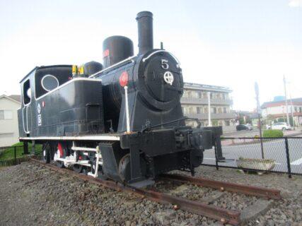 おもちゃのまち駅の東口に、5号蒸気機関車が展示されている。