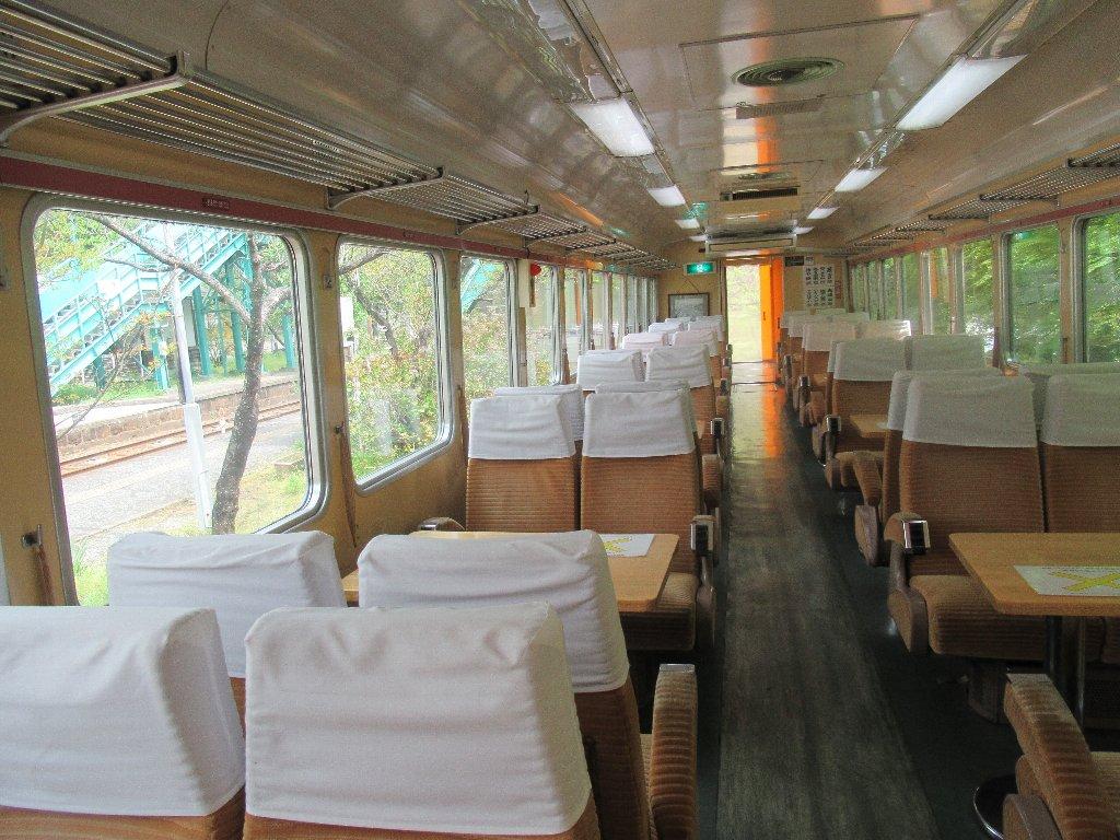 列車のレストラン「清流」は、デラックス・ロマンス・カー。