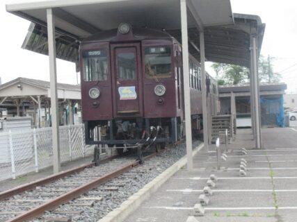 大間々駅に保存されている「わ89-100形」と「わ89-300形」。