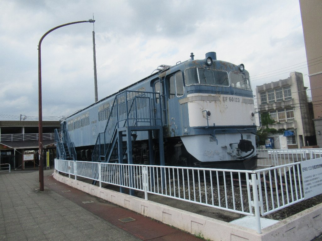 足利駅北口広場に静態保存されている電気機関車EF60。