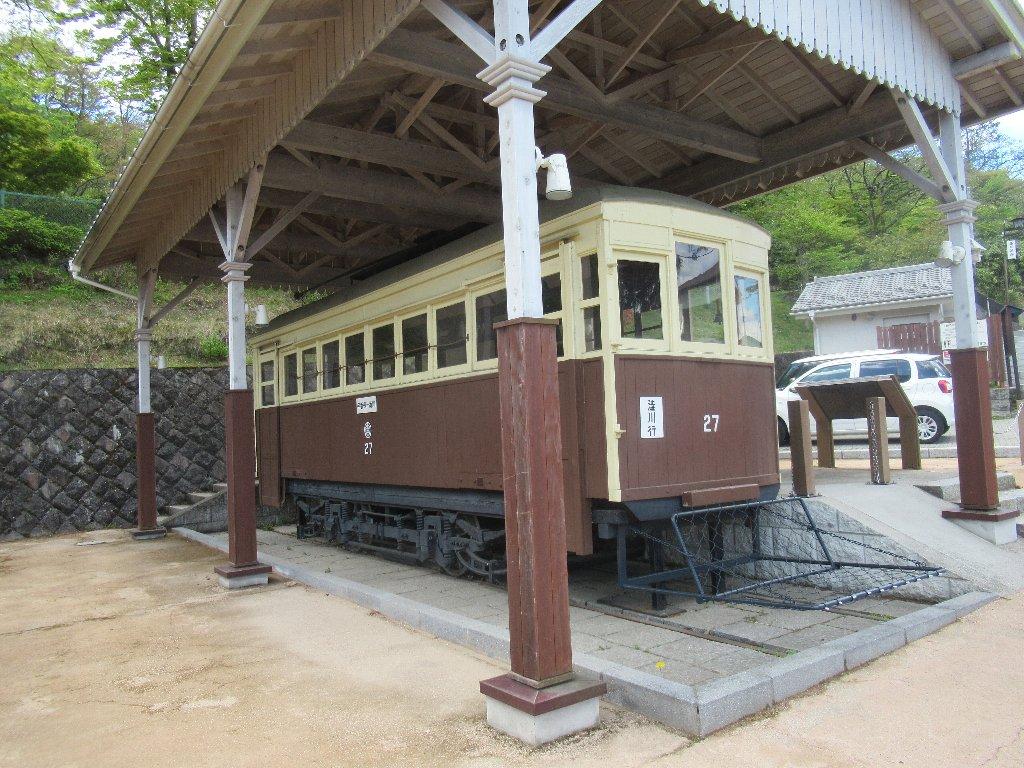 伊香保「峠の公園」で保存されているデハ27。