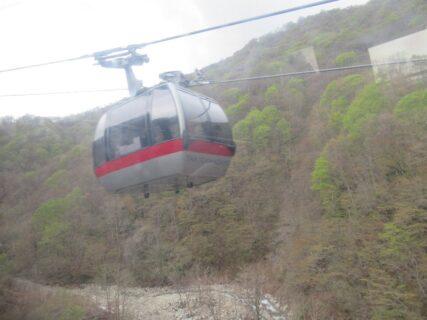 谷川岳ロープウエイは、土合口駅から天神平駅までを結ぶ。