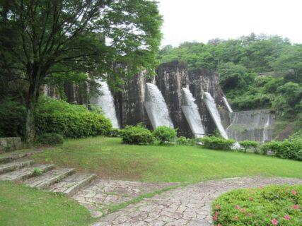 豊稔池堰堤は、現存する日本最古の石積式マルチプルアーチダム。