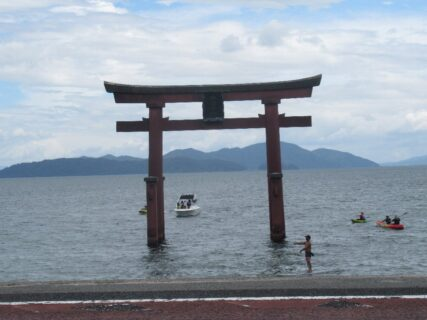 湖上の鳥居で知られる、白髭神社。