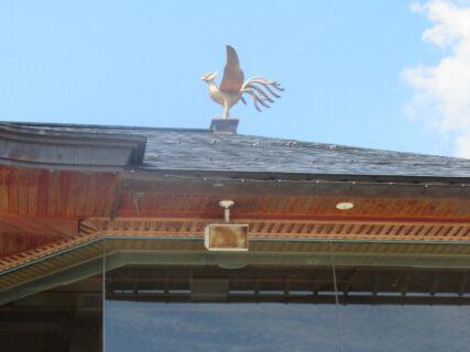 金色の鳳凰が居る、寒河江神輿会館。