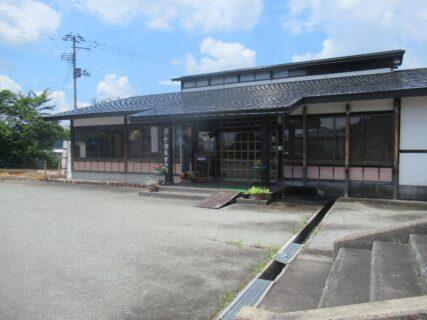 月山の酒蔵資料館に保存されている山形交通三山線の車両。