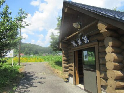 梨郷駅は、山形県南陽市竹原にある、山形鉄道フラワー長井線の駅。