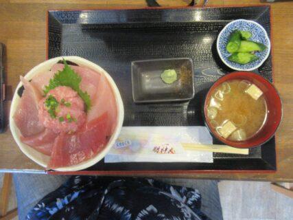 女川駅前「ハマテラス」の明神丸で、まぐろ丼をいただきました。