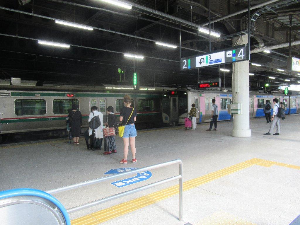 仙台駅在来線ホームをば眺めております。