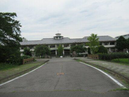 かっこいい建物だな~、と立ち寄ってみた塩田西小学校。