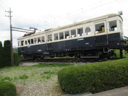 曇天だけど青天の霹靂、ここにも丸窓電車。