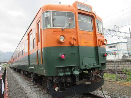 坂城駅の構内で保存展示されている国鉄169系S51編成です。
