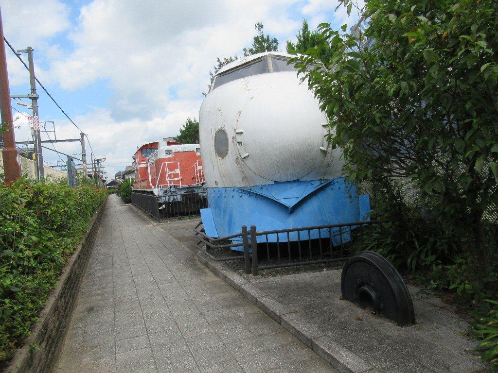 並河駅脇の鉄道歴史公園に新幹線0系とDD51形ディーゼル機関車がっ。