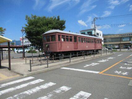 河口湖駅駅前広場で保存されている富士山麓電気鉄道モ1号電車。