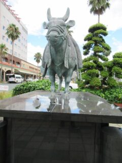 宇和島駅前にある、宇和島闘牛の像。