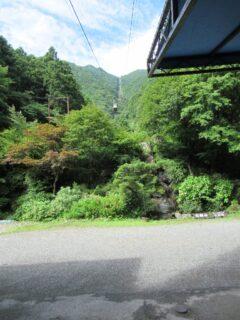 石鎚登山ロープウエイは、石鎚山中腹までを結ぶ索道。