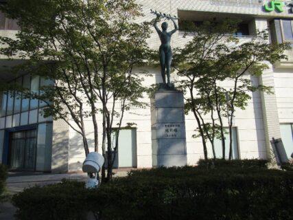 苫小牧駅南口駅前広場の「緑の環」なる像。
