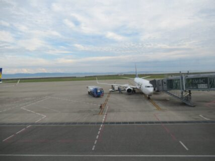当機は定刻より早く神戸空港に着陸いたしました。