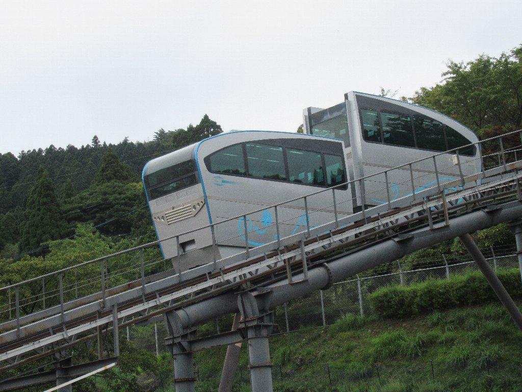 英彦山花園スロープカーは、ラックアンドピニオン式モノレール。