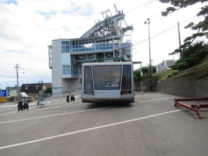 函館山の山麓と山頂を結ぶ函館山ロープウエイ。
