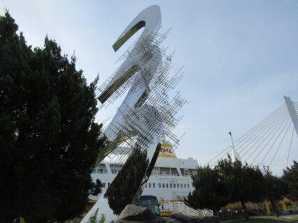八甲田丸前広場にある、時計台のモニュメント。